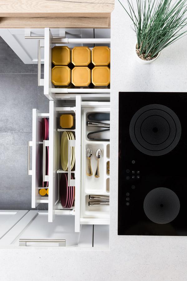 除了居家及衣櫥需要收納整理外,還有協助規劃生活動線與色彩設計,大大增加收納性能且兼具空間美感與家具品質。