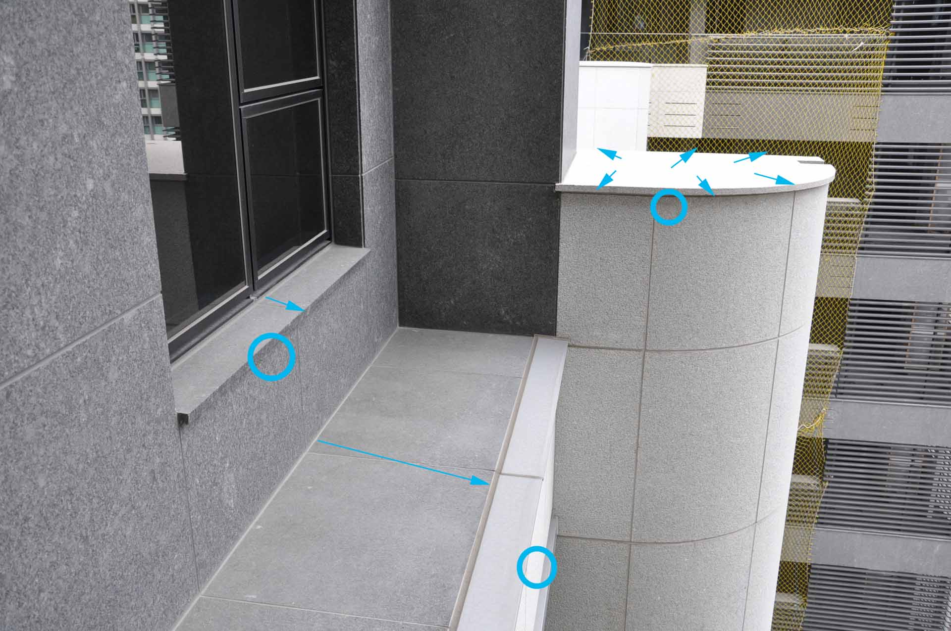 外露樑及構造頂面作外斜設計、及窗臺導水蓋板(箭頭處),並配合邊緣滴水線的設計(圈處),可避免汙水的吸附並促進排除。