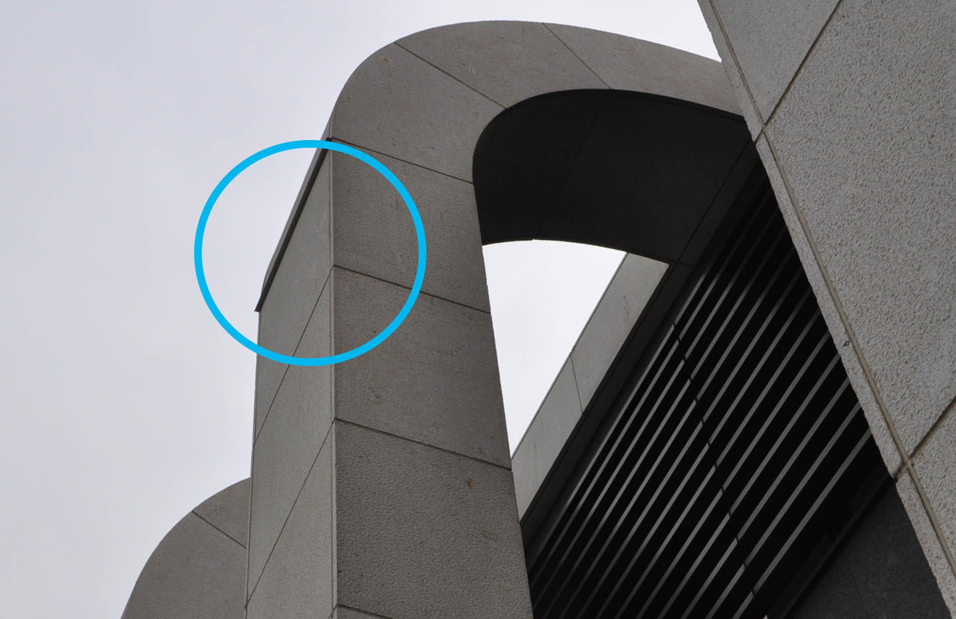 石材柱弧形面轉折處設置金屬滴水板(圈處),避免柱立面汙染。