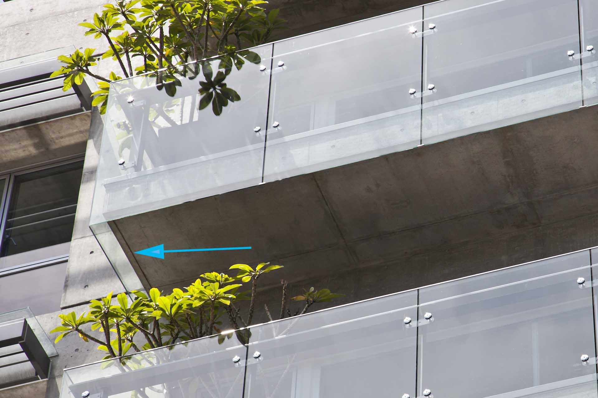 規劃玻璃欄杆避免汙染陽臺板面,並於底部設置滴水線建立第二道防汙機制。