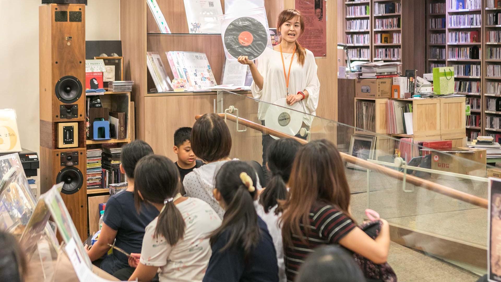 弓鞋國小師生對兩廳院表演藝術圖館七萬餘件經典黑膠唱片及古典CD唱片典藏深感好奇。