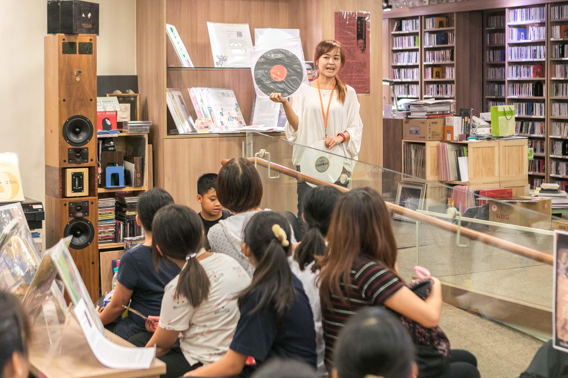 弓鞋國小師生對兩廳院表演藝術圖館七萬餘件經典黑膠唱片及古典CD唱片典藏深感好奇