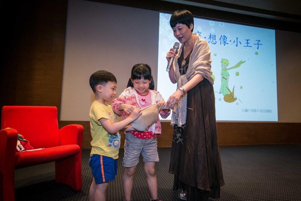 曼娟老師帶來蛇吞象的玩偶,為解開蛇肚子裡是否有大象的疑問,現場請兩位小朋友幫大家揭開謎題。