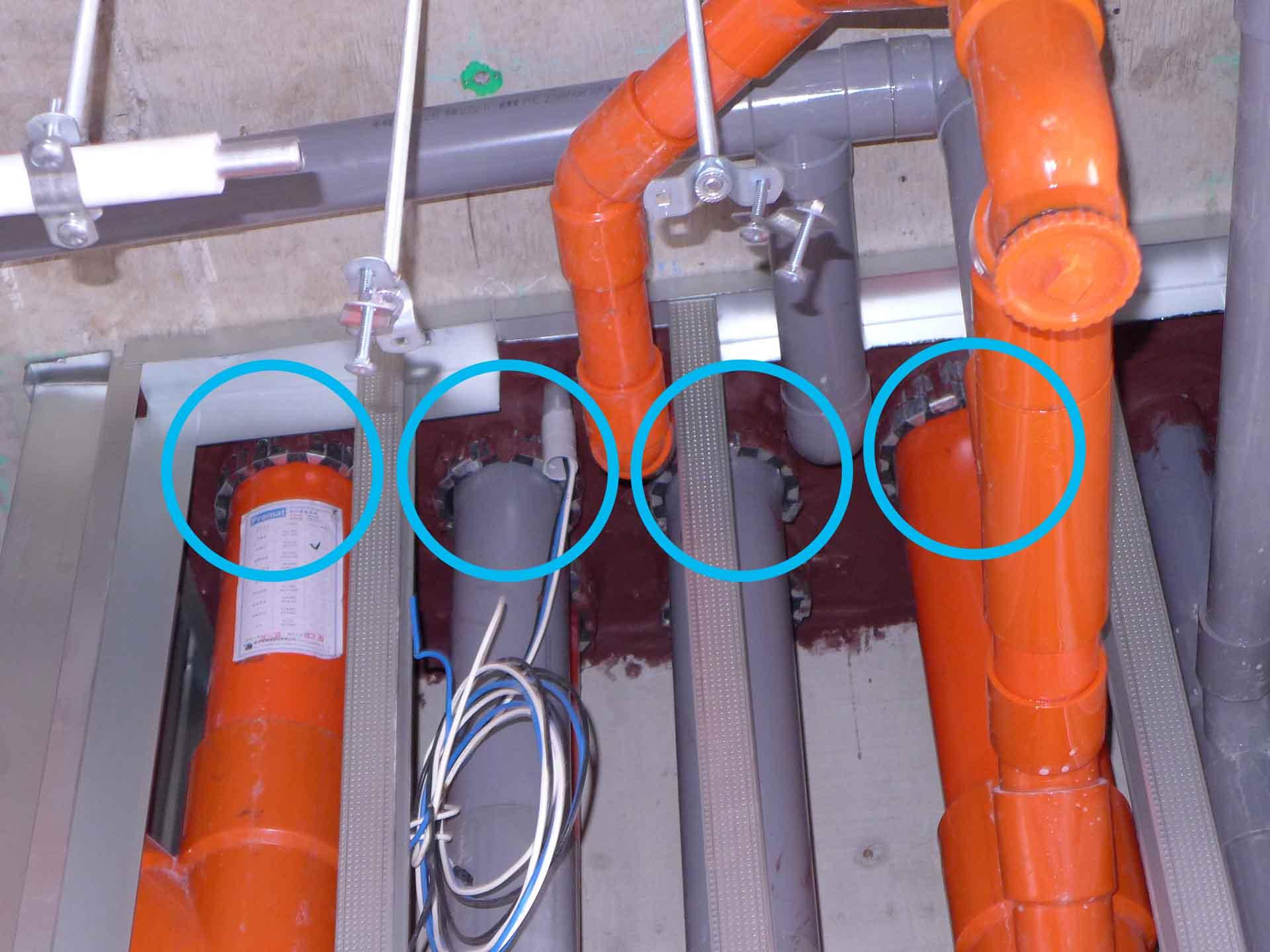 非金屬管穿越防火區劃隔間牆之空隙處施作膨脹式防火阻泥,當非金屬管材(如PVC管)遇熱融化,此時阻泥亦會同時遇熱膨脹填滿管材被融化後的空間,確保阻隔性。