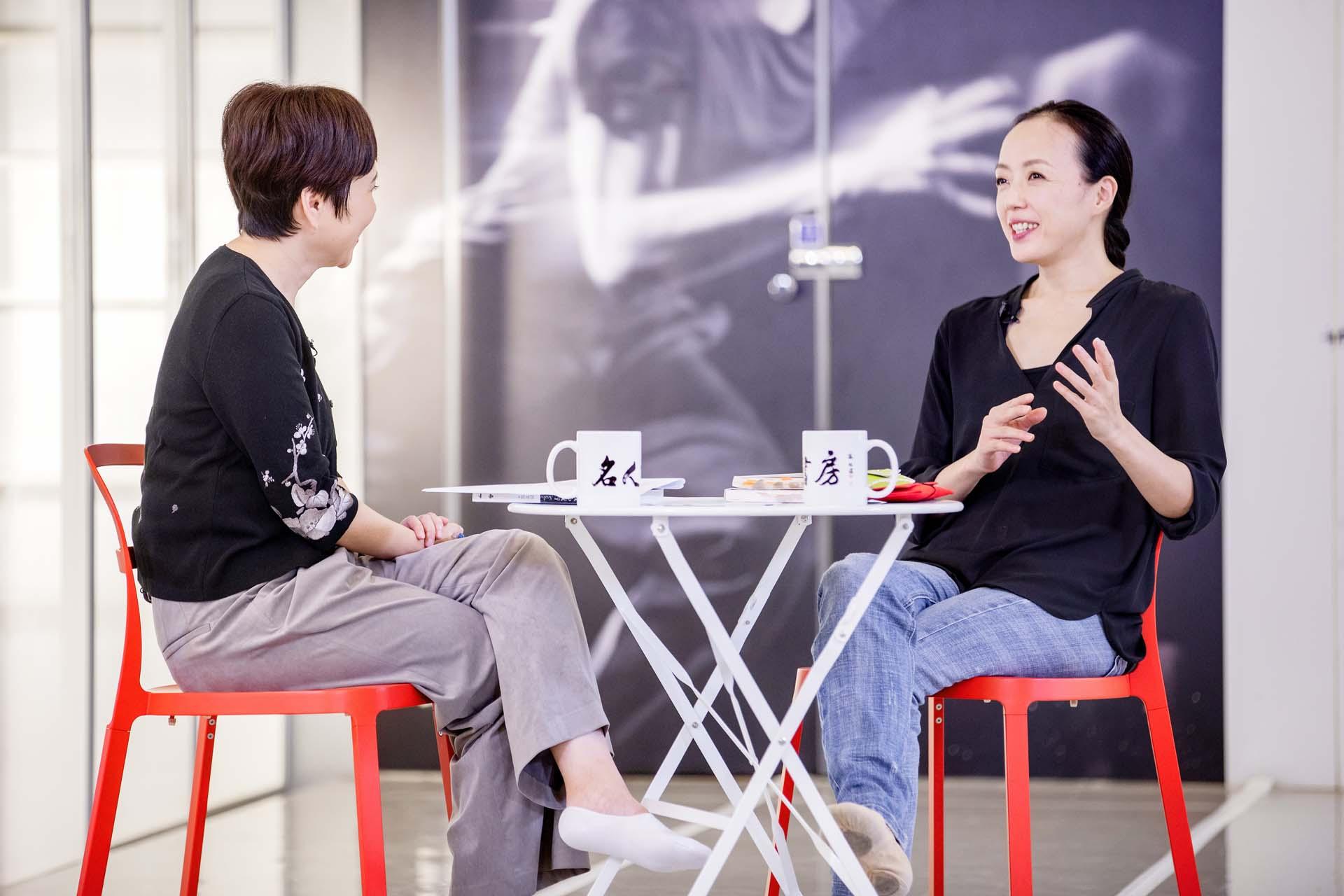 主持人詹慶齡採訪國際舞蹈家許芳宜。