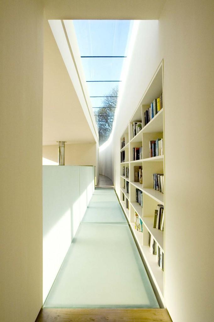 將書架與廊道設計作結合,將書香氣息與極簡風格完美結合。圖/達志影像