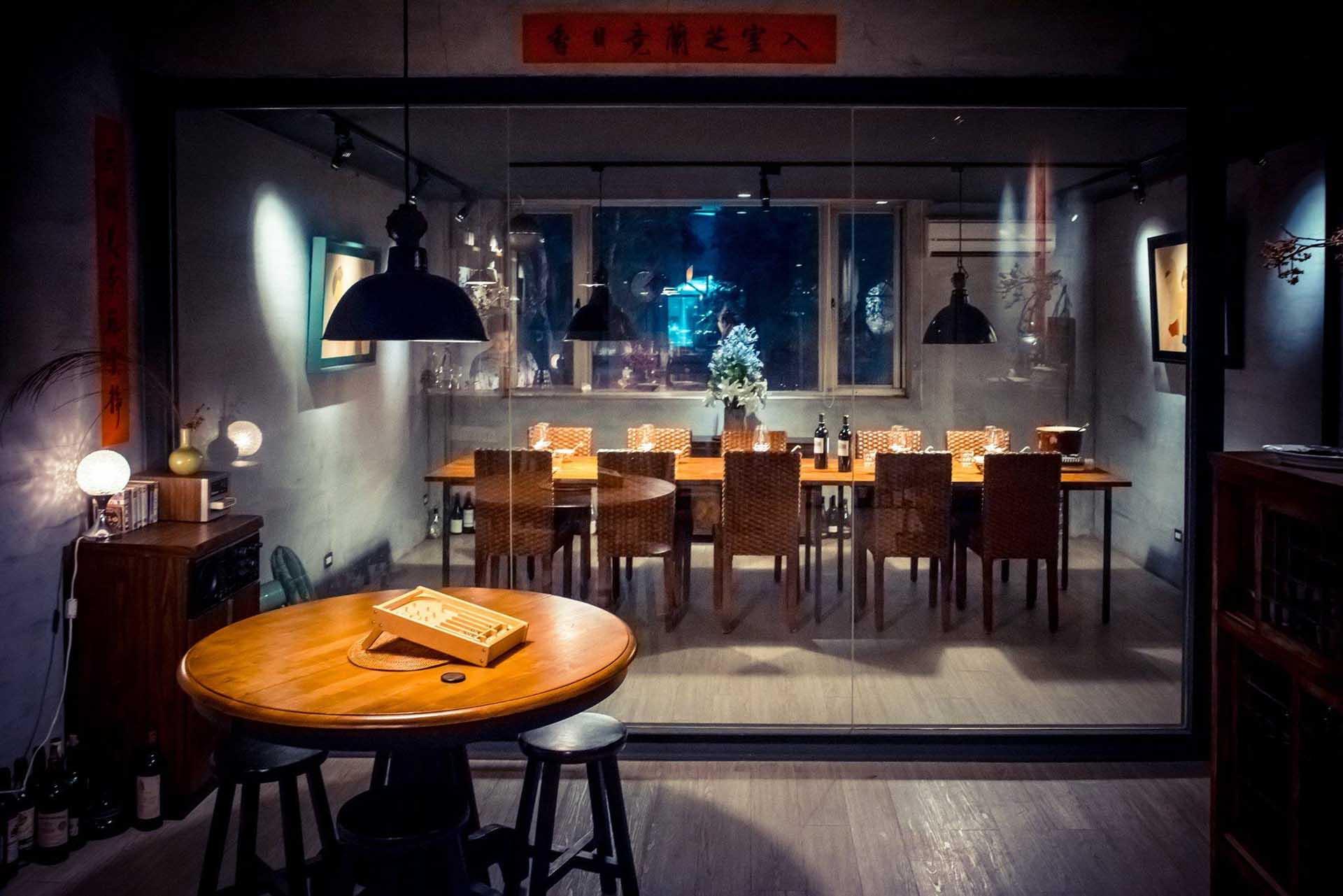 夫妻檔的空間設計俐落簡潔,每次只能招待最多10 位客人。(圖/夫妻檔客家料理.私房FB)