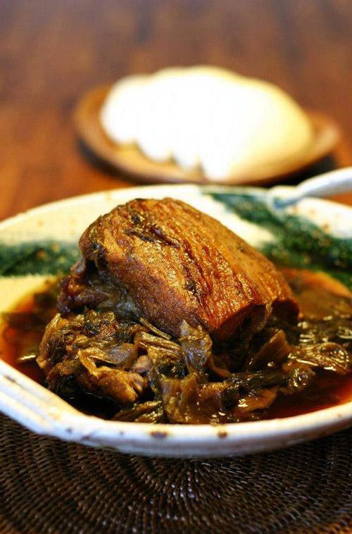 深受熟客喜愛的「梅菜肋排」。(圖/夫妻檔客家料理.私房FB)