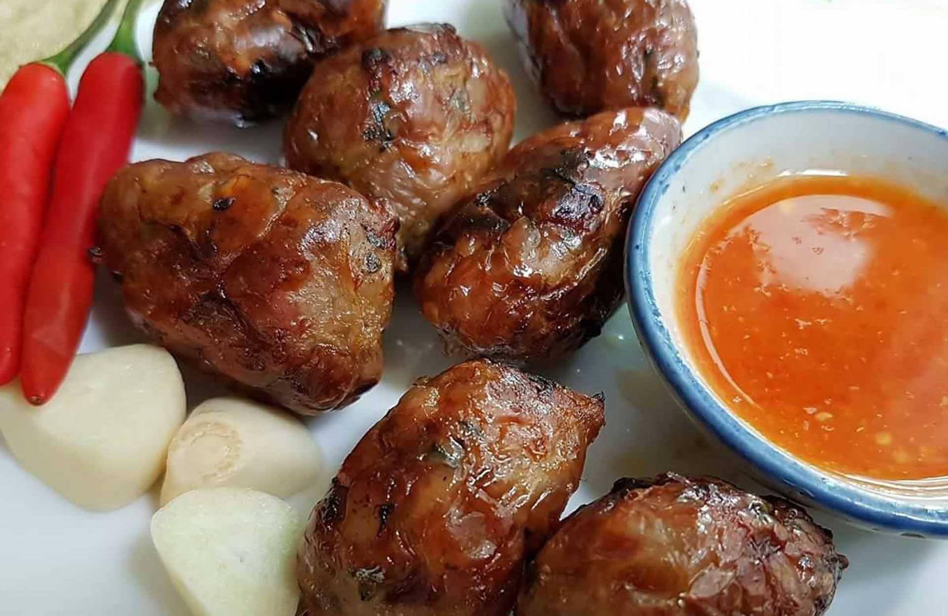 莎麗家自製的泰式香腸「非比尋腸」,配上辣椒薑片以及綠胡椒一起吃,又香又過癮,吃到會冒汗。(圖/莎麗家庭料理FB)