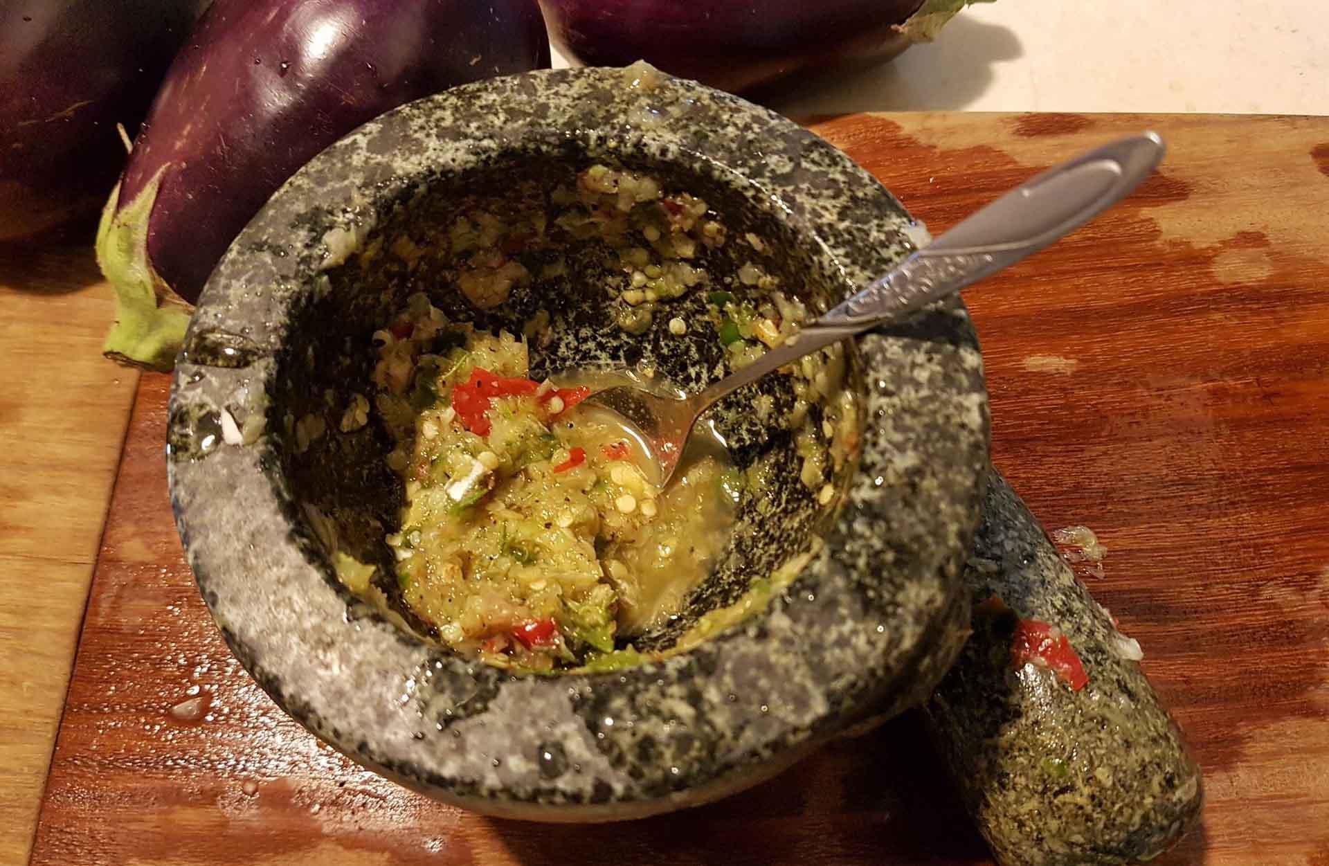 莎麗自製的海鮮酸辣醬,酸香有勁,這一提味,讓鹽焗燒烤海釣鮮魚更鮮了。(圖/莎麗家庭料理FB)