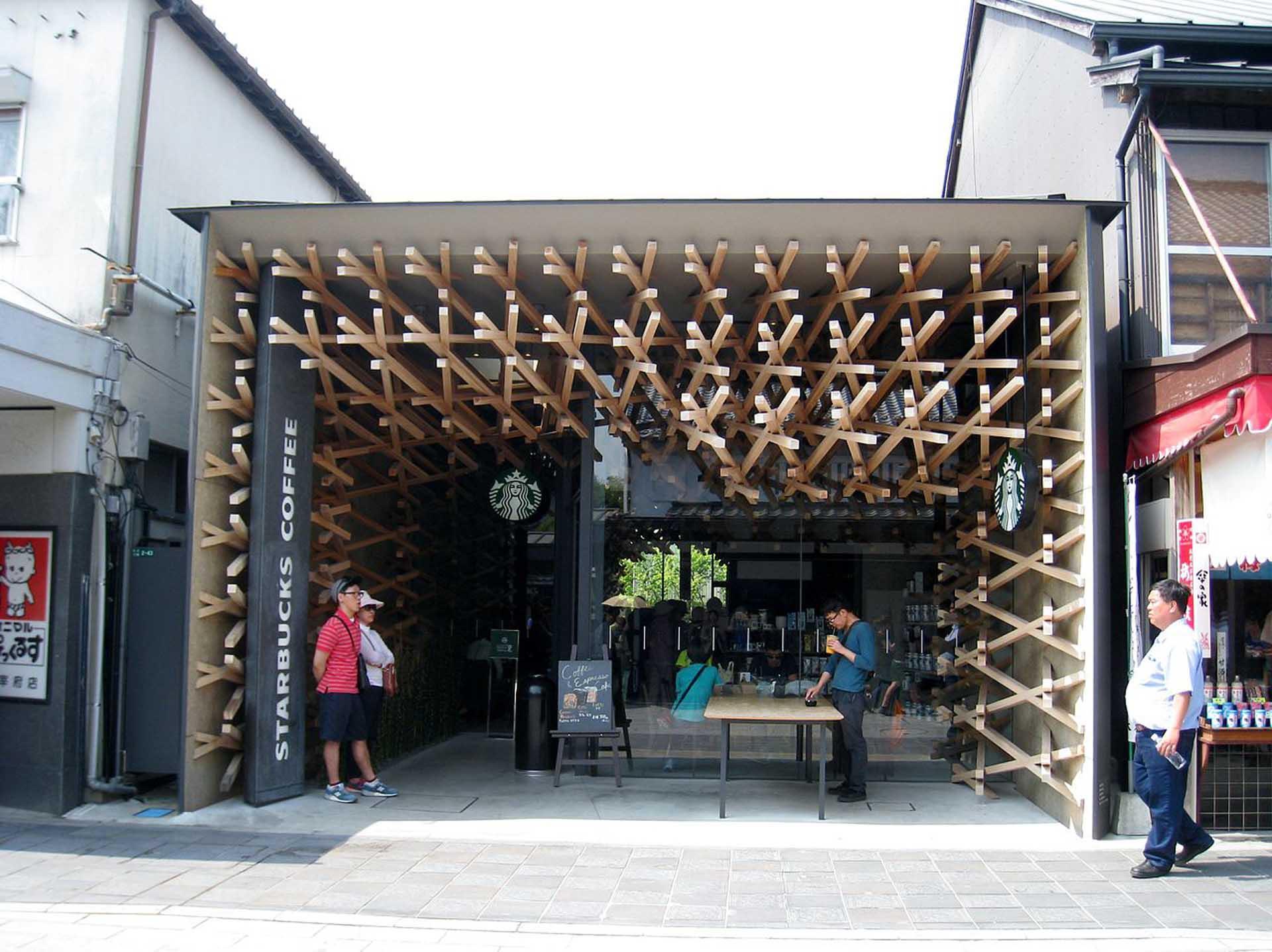 太宰府天滿宮星巴克咖啡店,內部木條結構如手作般溫暖堆疊。