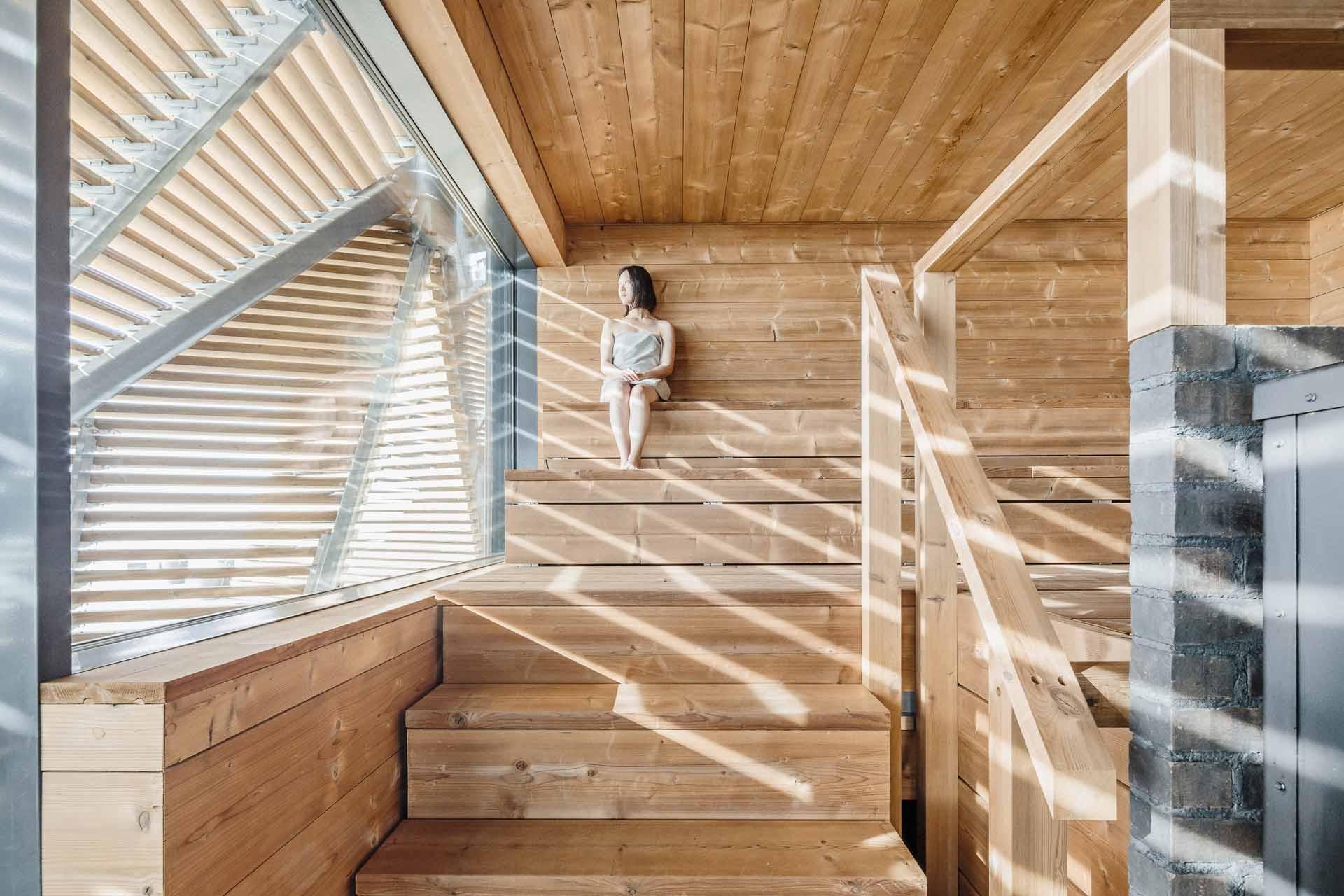 Löyly桑拿浴場。透過木頭結構的設計,從建築內部可以無遮擋欣賞海景,但建築外部的視線卻無法穿透入內。