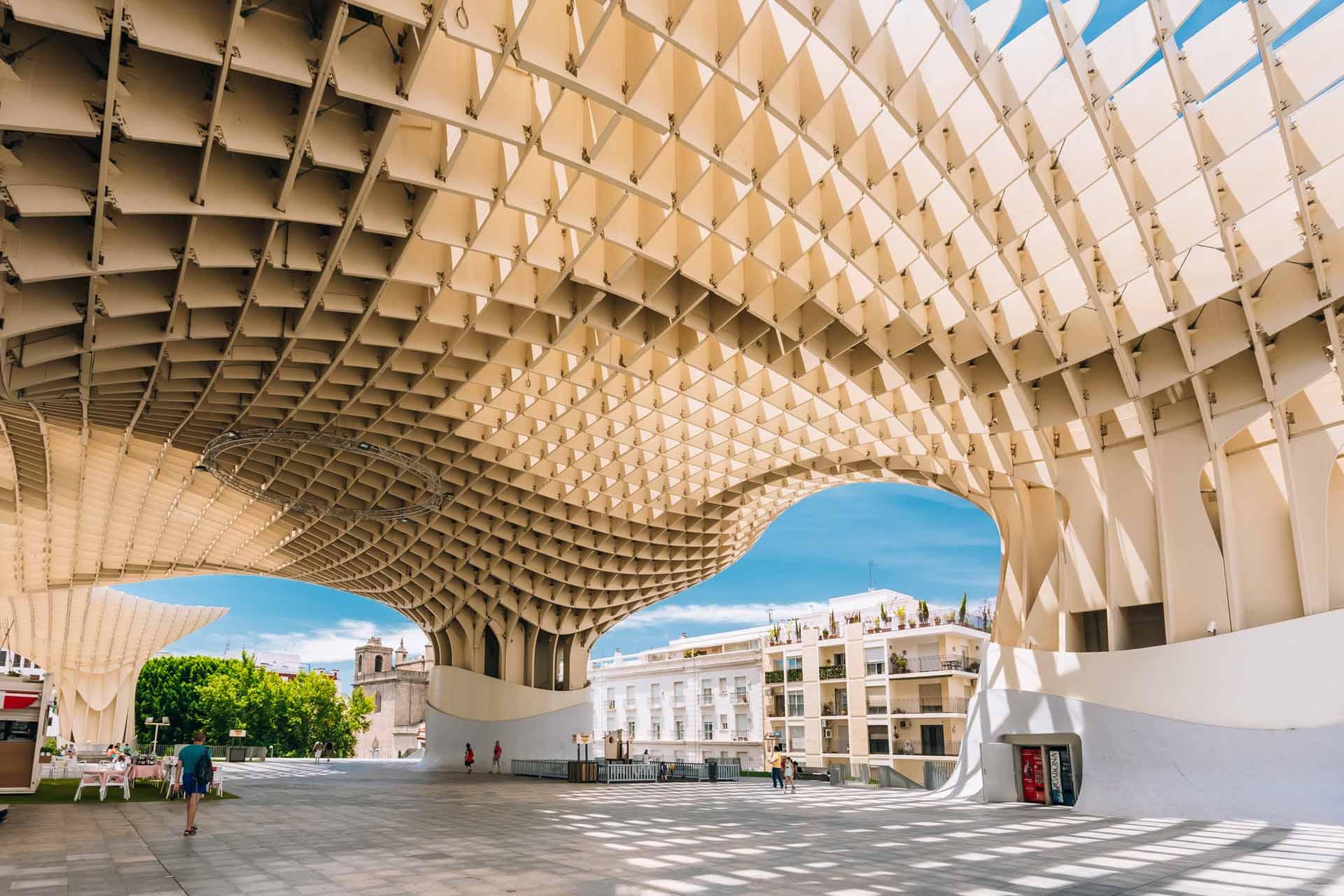 """都市陽傘在當地人口中別名""""蘑菇"""",為木造蜂巢式屋頂建築,美麗光影空間變化讓它成為觀光熱點。"""