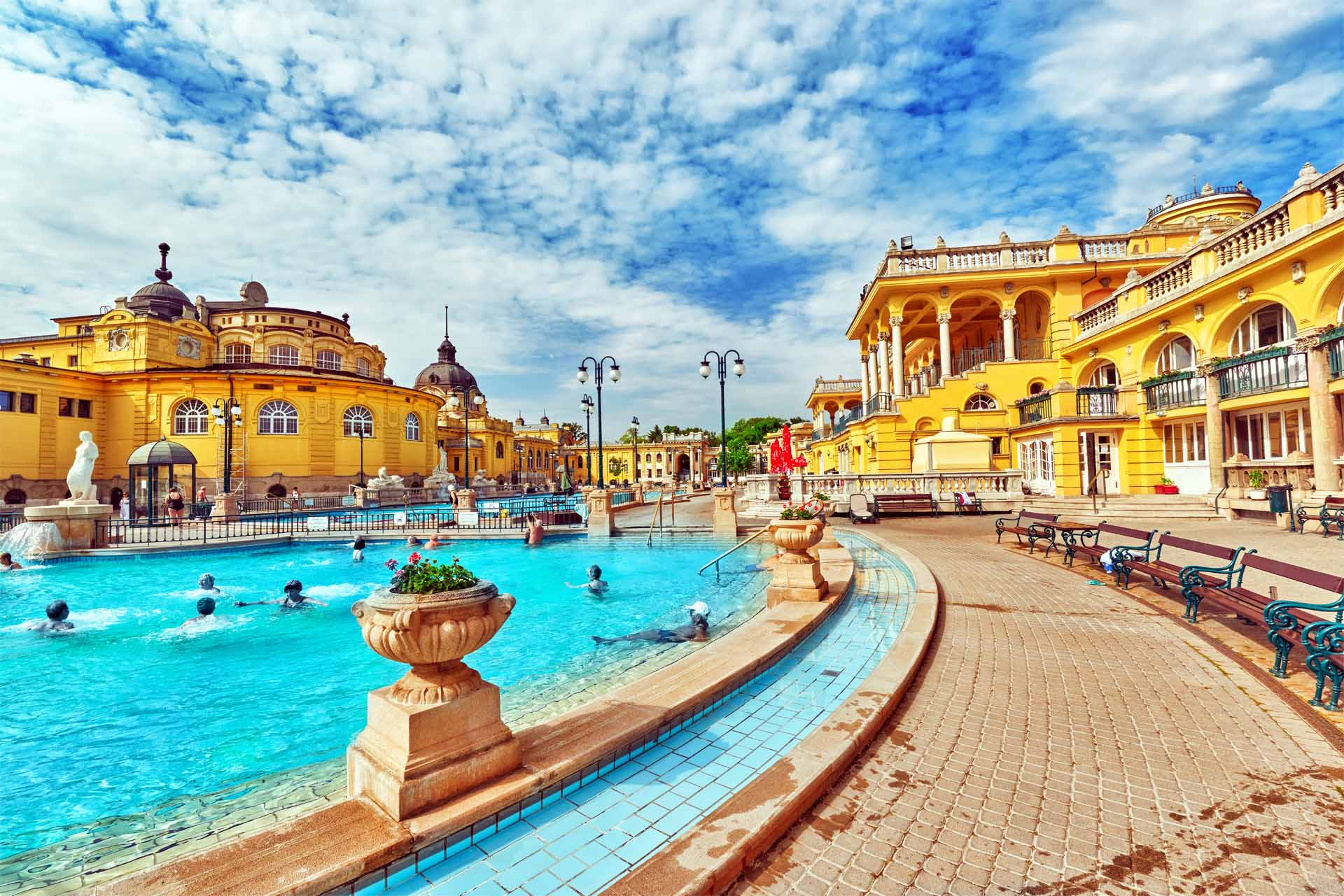 布達佩斯城市公園內的塞切尼溫泉浴場人氣最旺,鵝黃色的宮廷建築內包括各式溫泉池、桑拿池等,洋溢奧圖曼風情。
