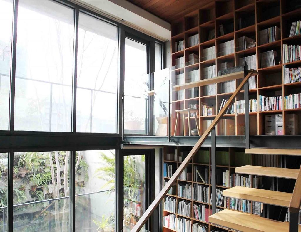 頂天立地的書架也成為隔間的另一種選擇。