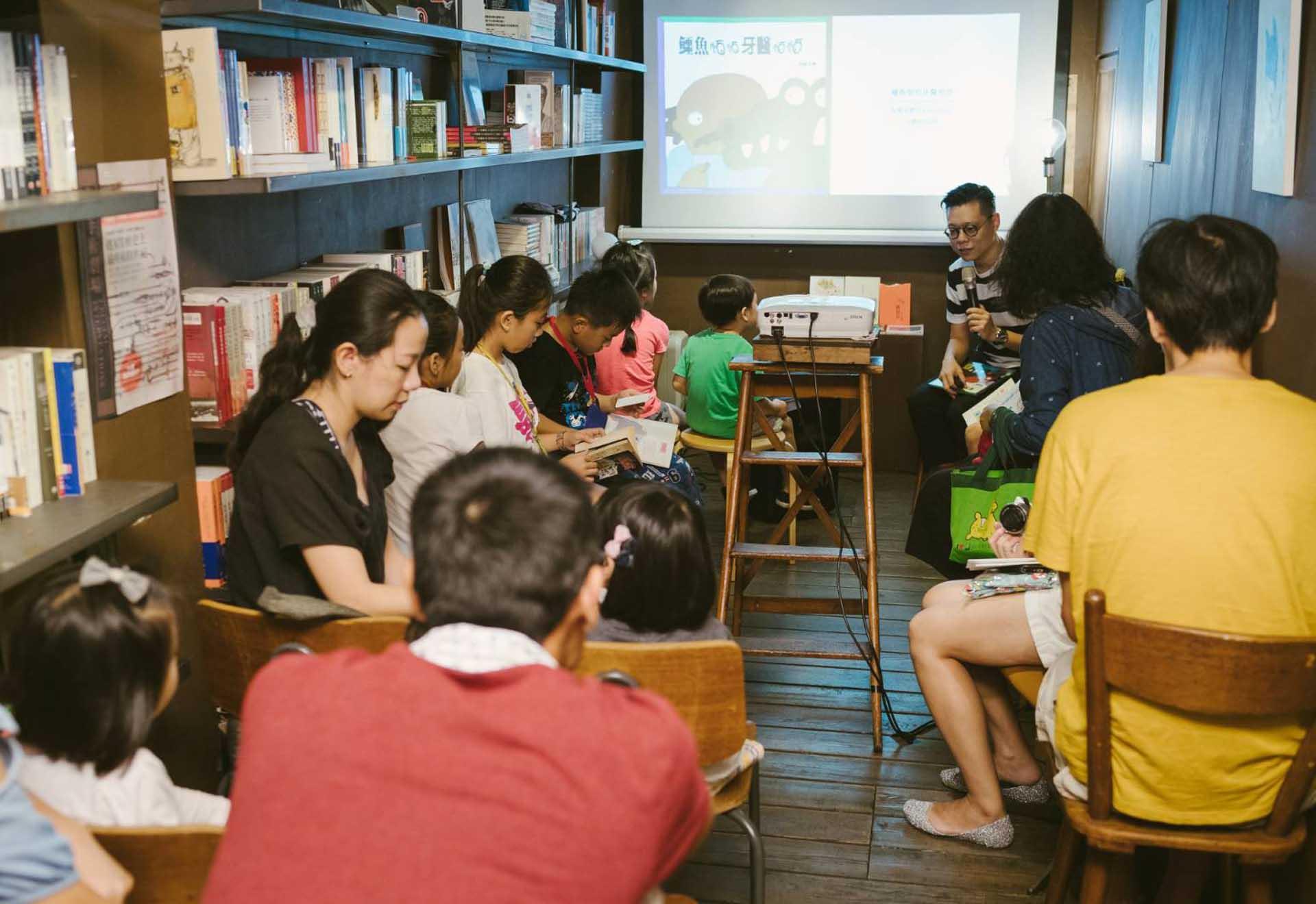 設計師馮宇帶領孩子閱讀繪本。