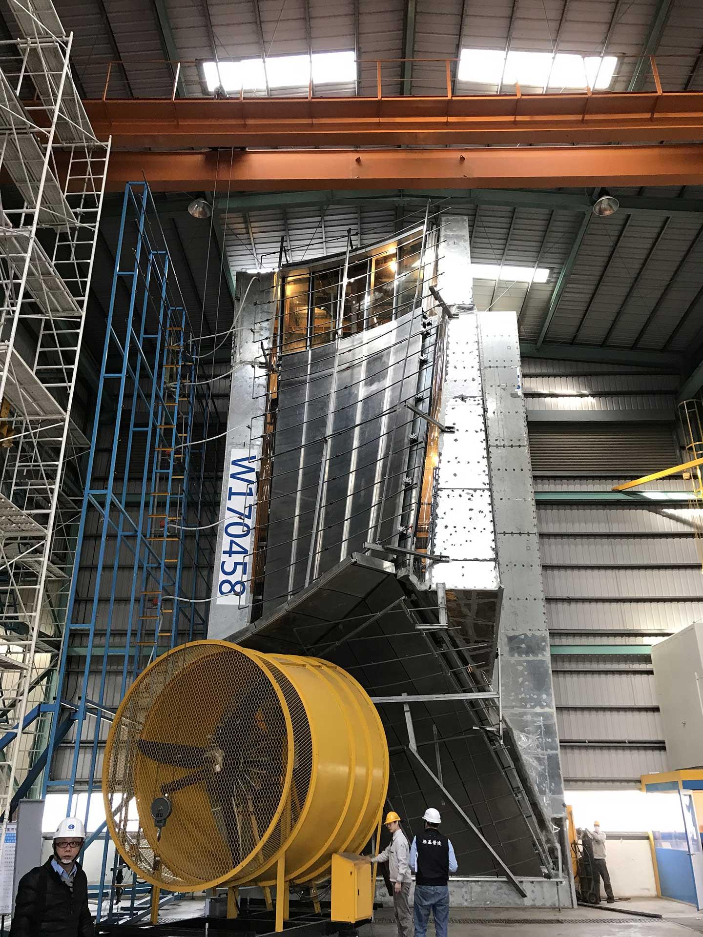 在施工之前,技術研發部要先至實驗室驗證規劃設計與製造品質,進行所謂的「風雨試驗」。