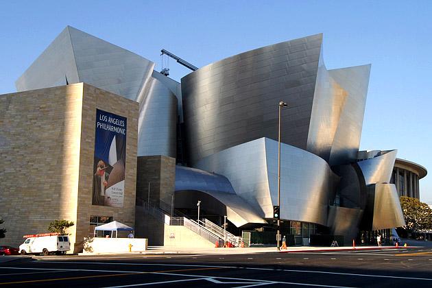 迪士尼音樂廳採用奪目耀眼的不鏽鋼面,雕塑感強烈。