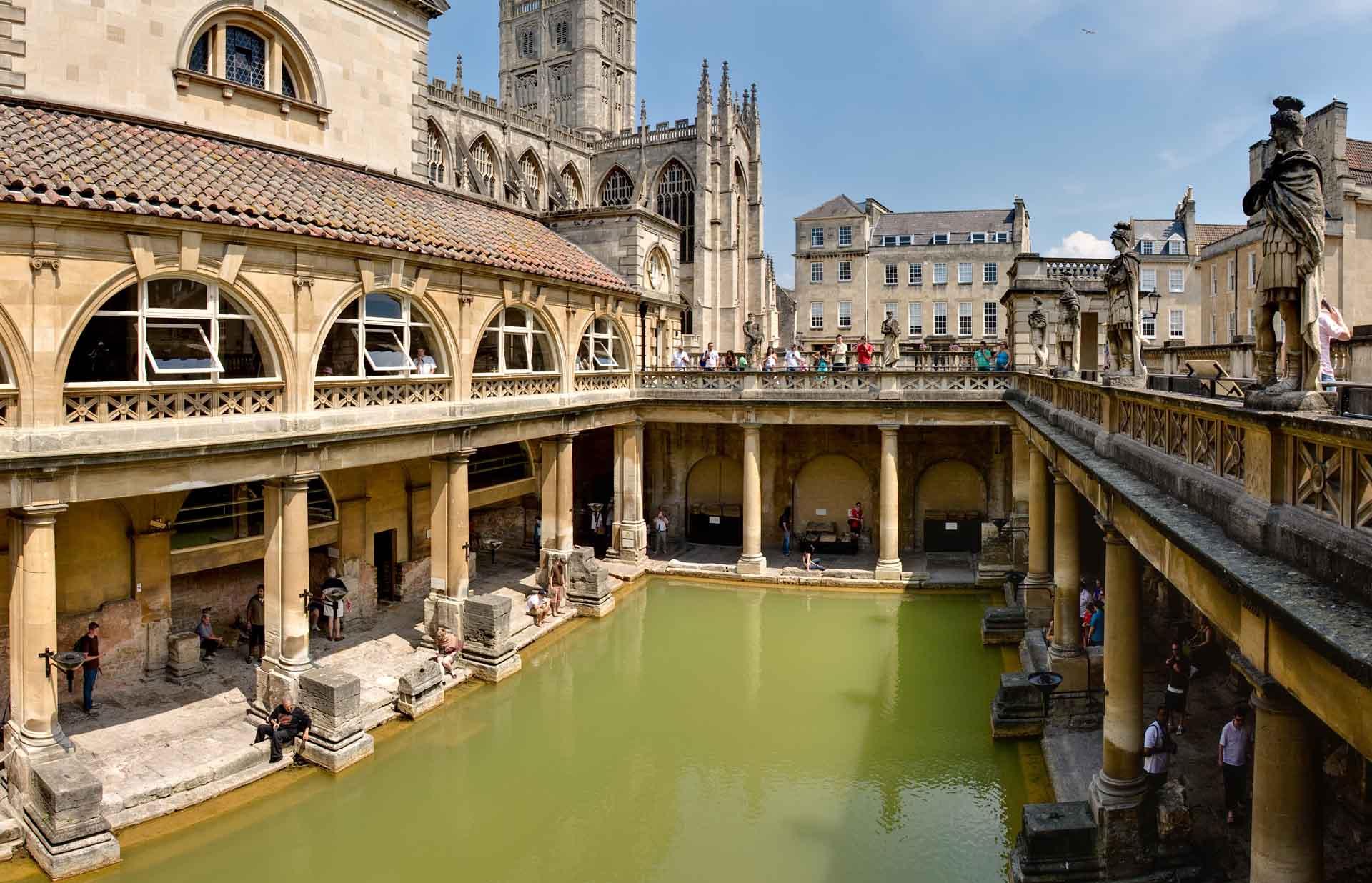 位於英國西南部的巴斯自古為溫泉度假區,巴斯修道院旁的羅馬浴池博物館名列世界遺產。(Photo by DAVID ILIFF. License: CC-BY-SA 3.0)