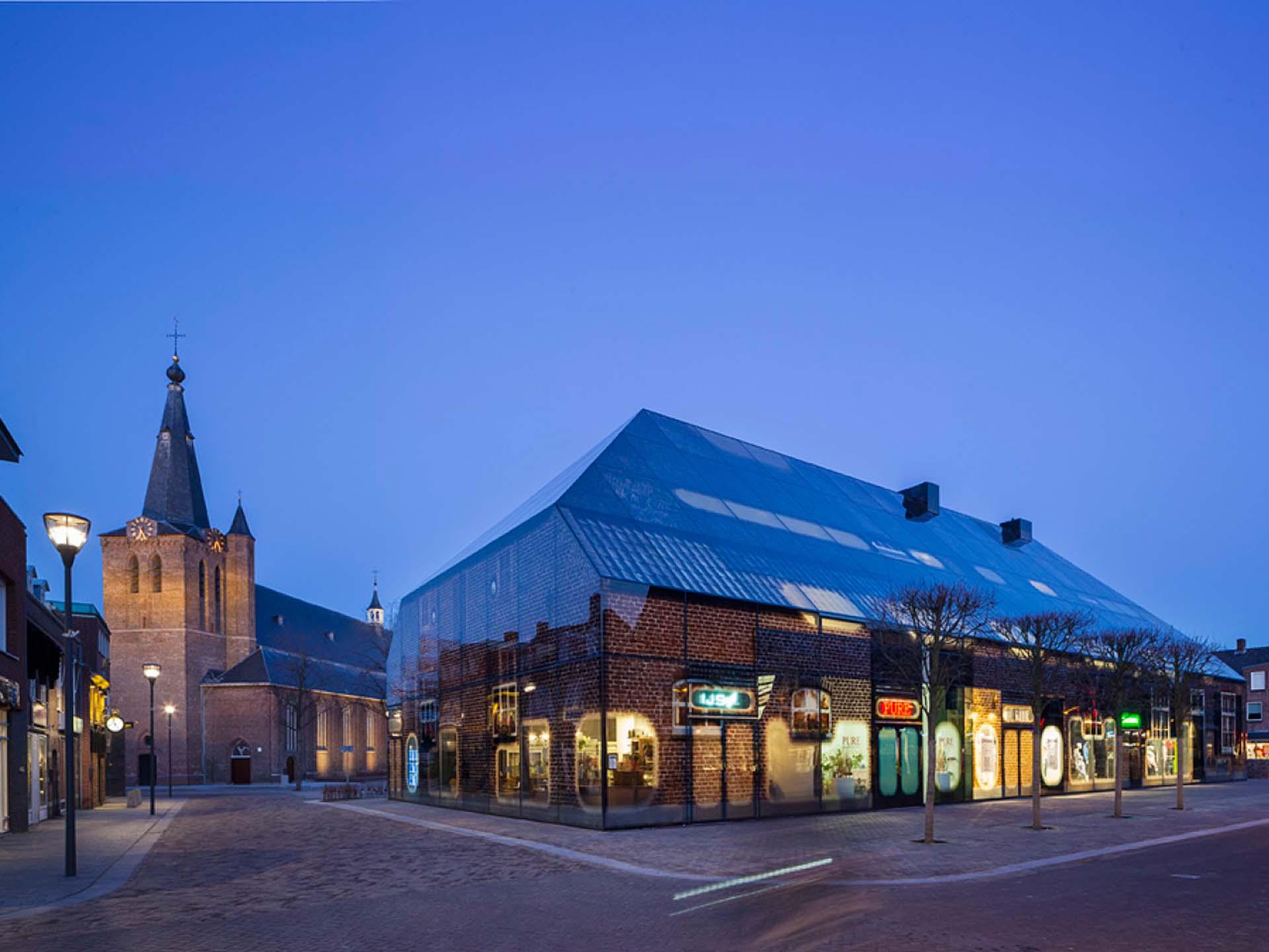 曾經為鄉村城鎮中心的穀倉或農舍,隨著時代轉變用途,也能成為社區居民活動中心,荷蘭的玻璃農舍。圖/https://www.mvrdv.nl/en/projects/glass-farm